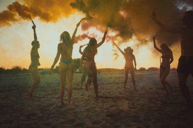 Kutluyor ve sahilde - gençler yaz tatilde eğlenerek arkadaş mutlu grubu