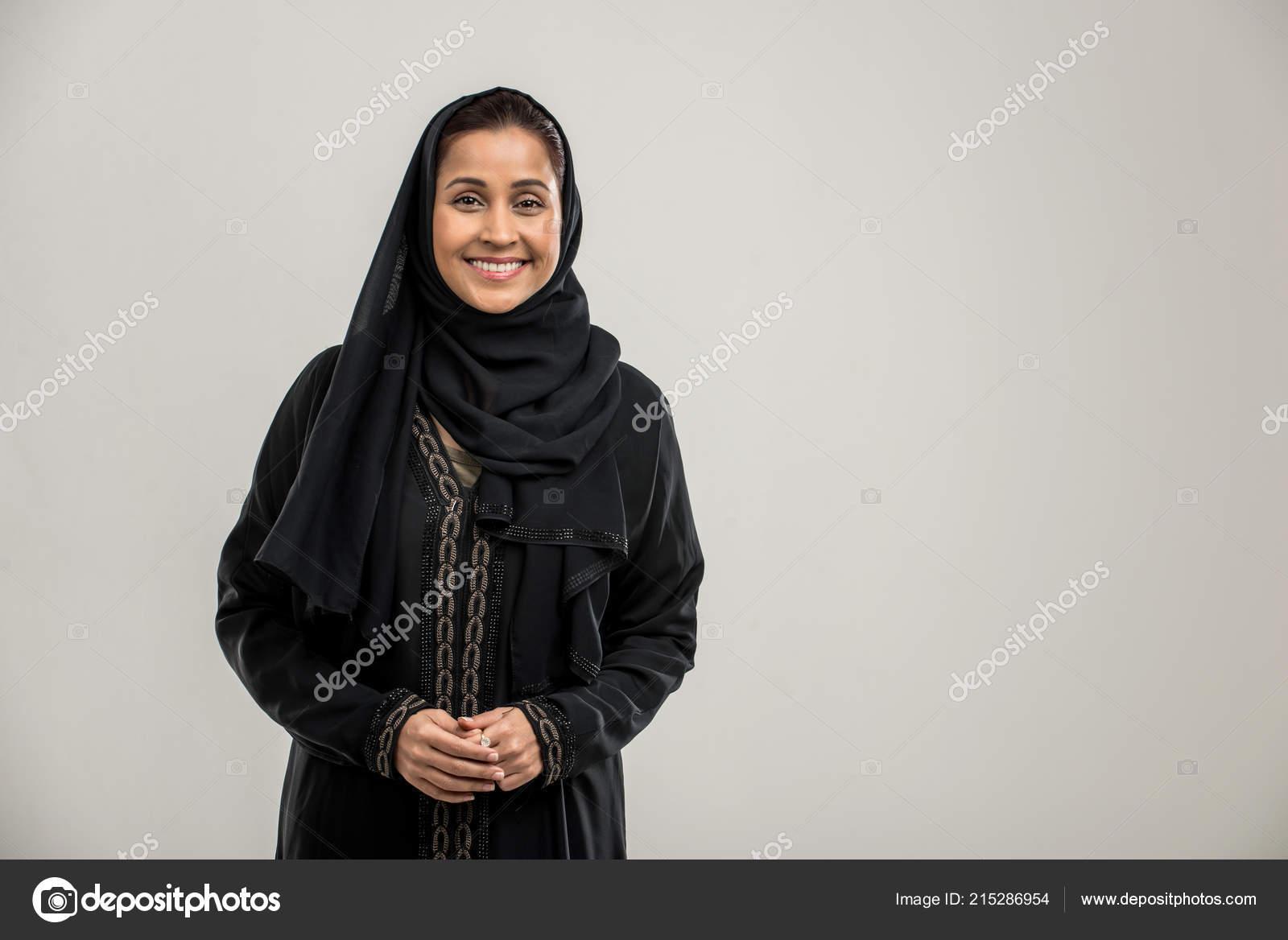 c07f69db7 Retrato Mujer Árabe Con Abaya Tradicional Vestido Estudio — Foto de ...