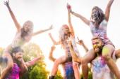 Fotografie Skupina happy přátel hrát s holi barvy v parku - mladí dospělí baví na holi festival, pojmy o zábavný, zábavný a mladá generace
