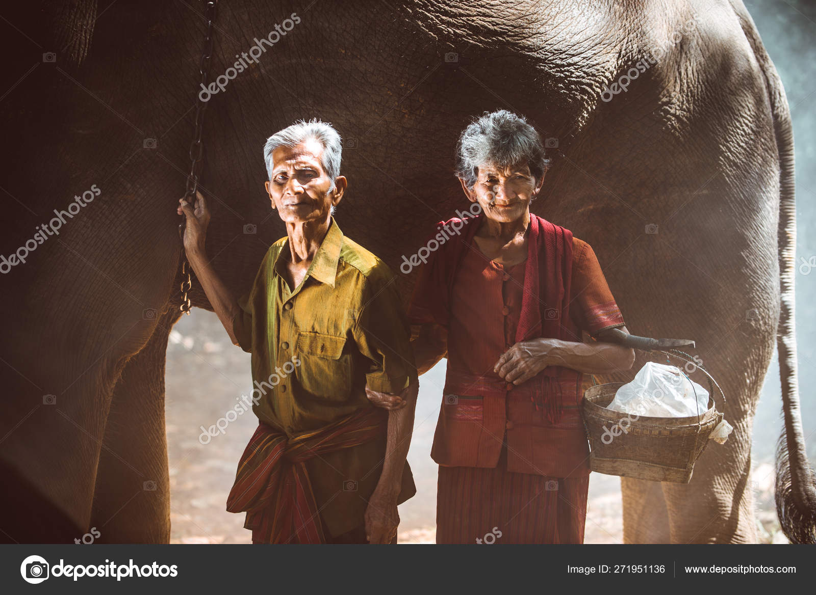 Elephant and senior couple in Thailand — Stock Photo