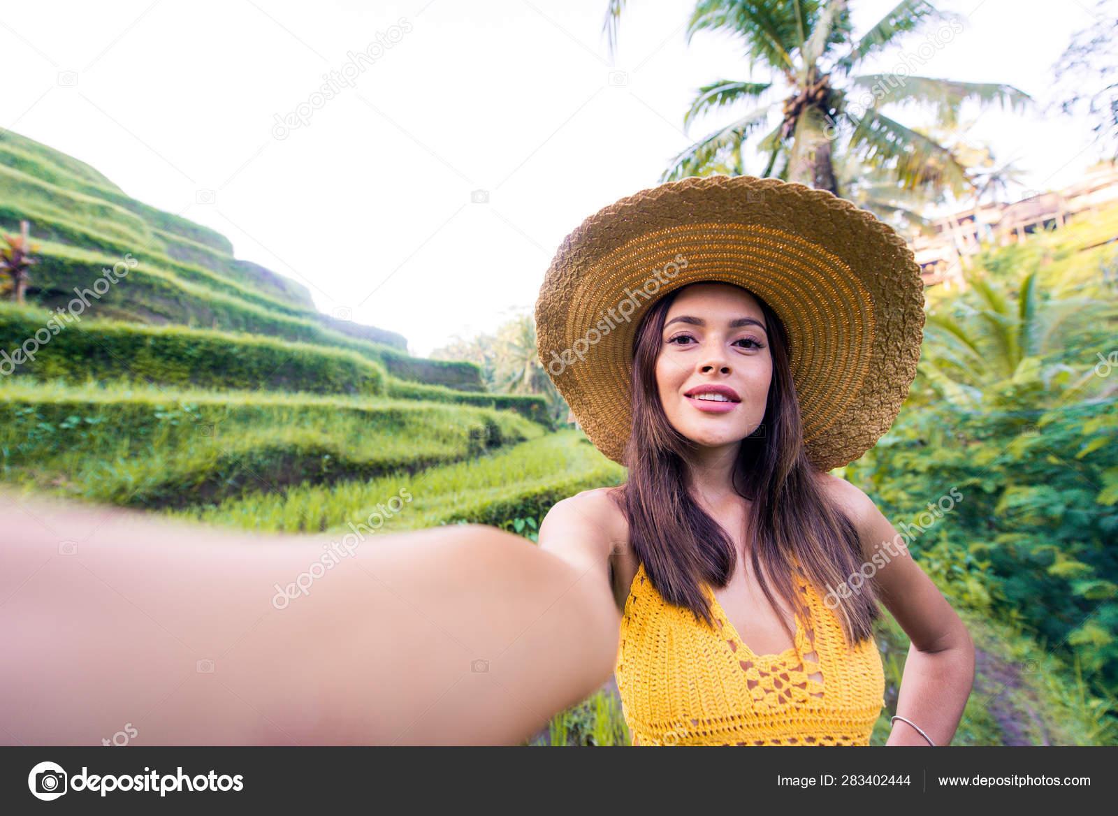Mujer En La Terraza De Arroz Tegalalang En Bali Foto De