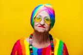 Fotografie lustige Großmutter Portraits.Granny Mode-Modell auf farbigem Rücken