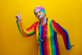 lustige Großmutter Portraits.Granny Mode-Modell auf farbigem Rücken