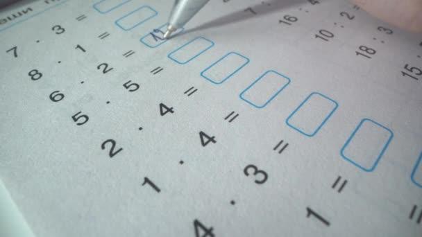 Schwierige Aufgabe bei der Mathe-Prüfung. Student löst Gleichungen. schreibt er die richtigen Antworten. Schulleben. Er schrieb es mit Feder.