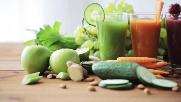 sklenice džusové zeleniny a ovoce na stole