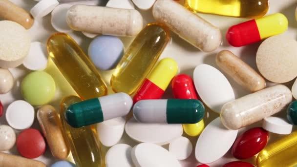 Detailní záběr různých pilulek