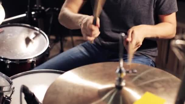 férfi zenész játszott a dobok és cintányérok stúdió
