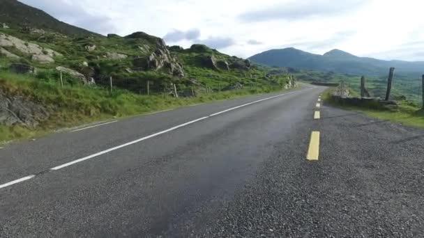 asfaltová cesta v Connemara v Irsku 3