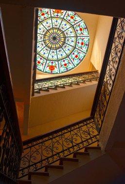escalera interior colonial cupula cristal  colores atardecer mexico tradicional antiguo