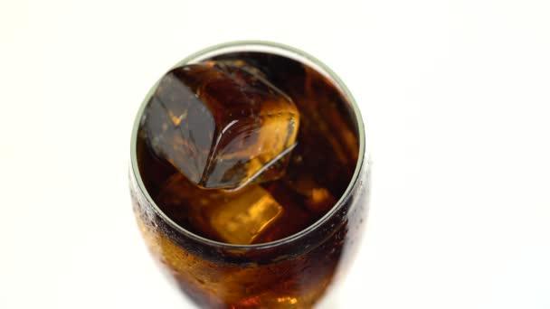 Soda in einem Glas mit Eis. weißer Hintergrund. Blick von oben