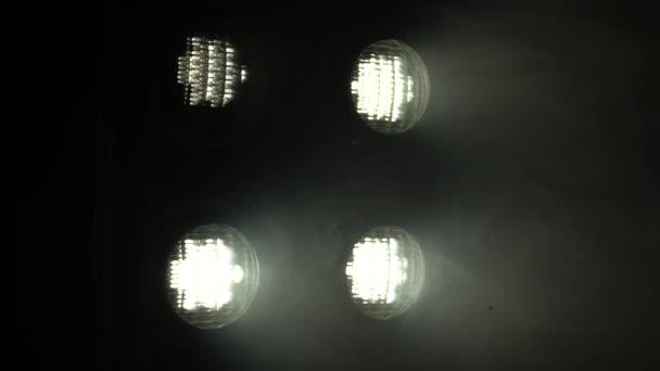 Cuarto oscuro luces de los focos — Vídeo de stock © KinoMasterDnepr ...