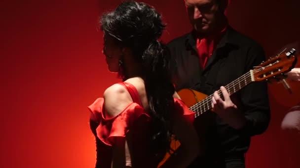 Секс хате испанский эротическое клип с гитарой муж жена подруга