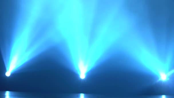Színpadon a reflektorfényben Laser kék sugarakat, és a füst
