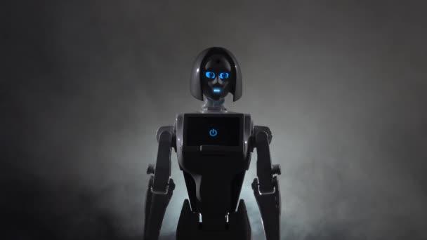 Robot hovory k sobě. Černý kouř pozadí