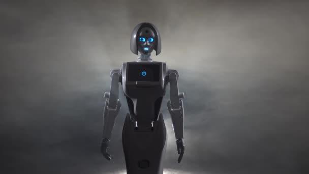 Robota tance v temné místnosti. Černý kouř pozadí