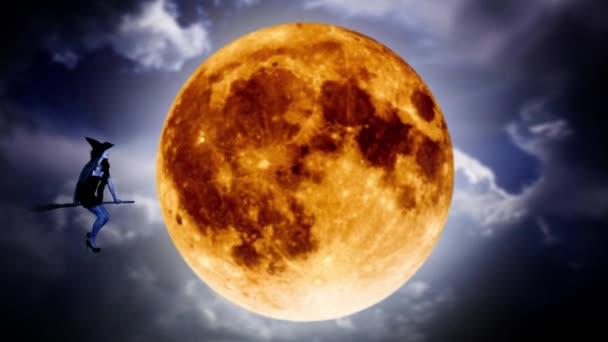 Silueta mladé čarodějnice létající na koštěti na pozadí oranžový měsíc. Halloween