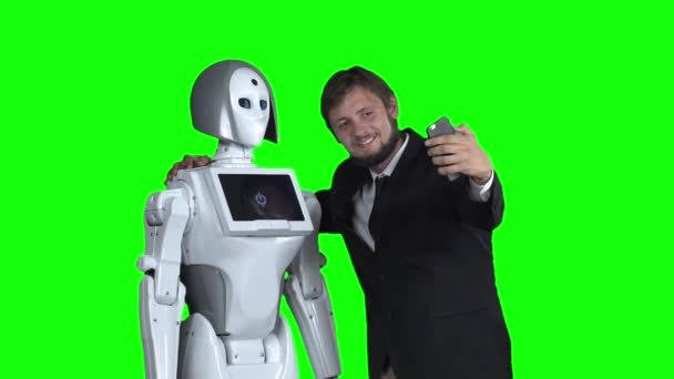 A robot srác fényképezett, és megteszi a selfie. Zöld képernyő. Lassú mozgás