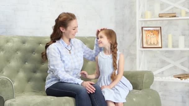 Máma objetí a polibky její dcera
