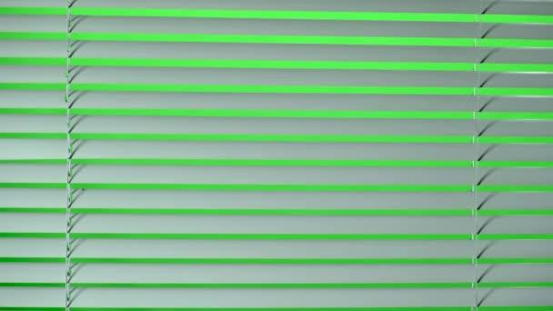 Fehér jalousie nyissa meg és zárja be. Zöld képernyő