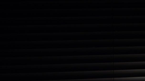 Hinter der Jalousie bewegen Beleuchtung