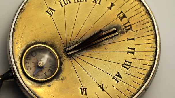Napenergia óra egy mechanizmus forgatni. Fehér háttér. Közelről
