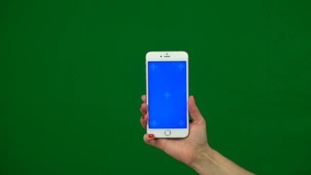 Držení rukou mobilní smartphone modrá obrazovka. Zelená obrazovka