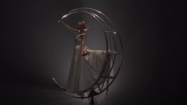 Elegante Acróbata Realiza Movimientos En Una Luna De Estructura Metálica En Forma De Un Mes Fondo Humo