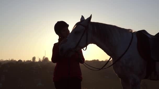 Lovasnő megcsókolja a ló: sunsetcc