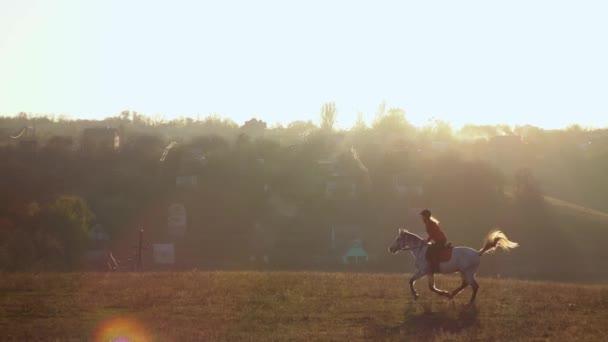 Jezdkyně na koni tryskem přes pole. Zpomalený pohyb