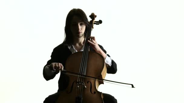 Frau spielt Cellomusik auf weißem Studio. weißer Hintergrund. Zeitlupe