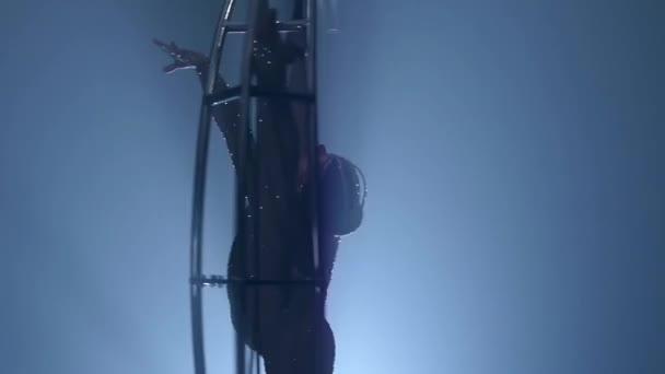 Acrobat Gira Sobre Una Luna De Estructura Metálica En Una Cadena Vertical Fondo De Humo Negro Cámara Lenta Cierre Para Arriba