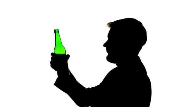 Pití piva chlap z hrdla láhve. Boční pohled. Silueta bílé pozadí