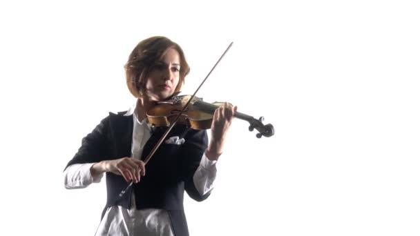Hegedűművész játszik a lírai mű. Fehér háttér