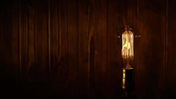 Edison žárovku na dřevěné pozadí