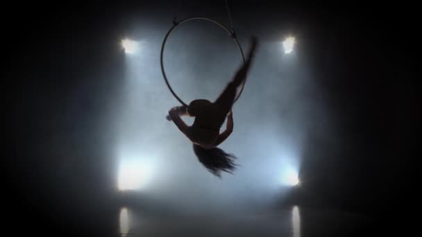 Luftakrobat im Ring. Ein junges Mädchen führt die akrobatischen Elemente im Luftring 001