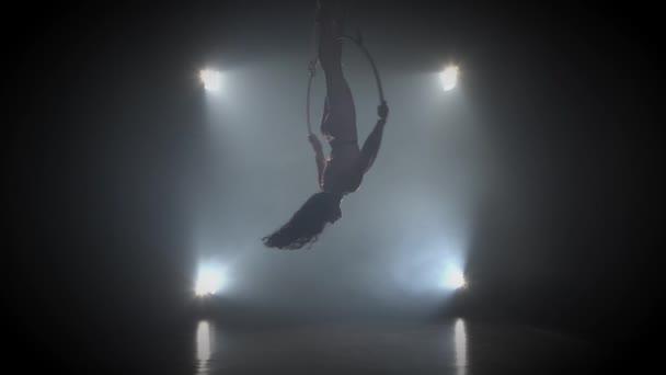 Luftakrobat im Ring. Ein junges Mädchen führt die akrobatischen Elemente im Luftring 002 auf