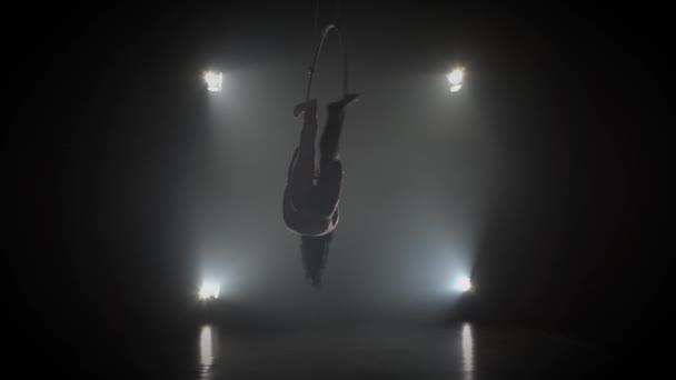 Luftakrobat im Ring. Ein junges Mädchen führt die akrobatischen Elemente im Luftring 003 auf