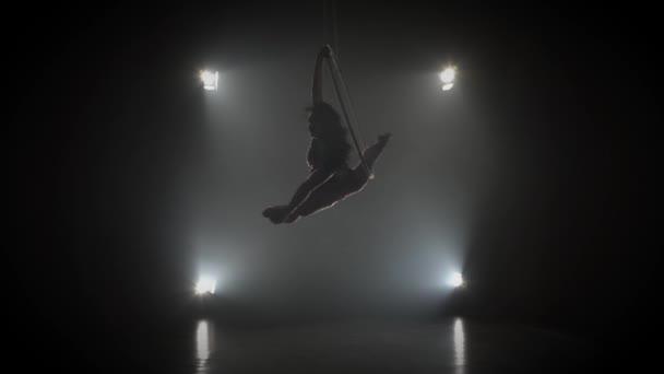 Luftakrobat im Ring. Ein junges Mädchen führt die akrobatischen Elemente im Luftring 004 auf