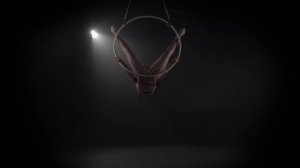 junges Mädchen führt die akrobatischen Elemente im Luftring 006 auf