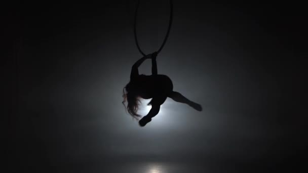 Luftakrobat im Ring. Ein junges Mädchen führt die akrobatischen Elemente im Luftring 038