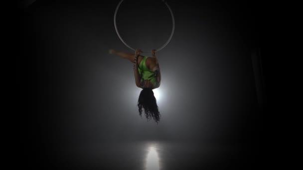 Luftakrobat im Ring. Ein junges Mädchen führt die akrobatischen Elemente im Luftring 042