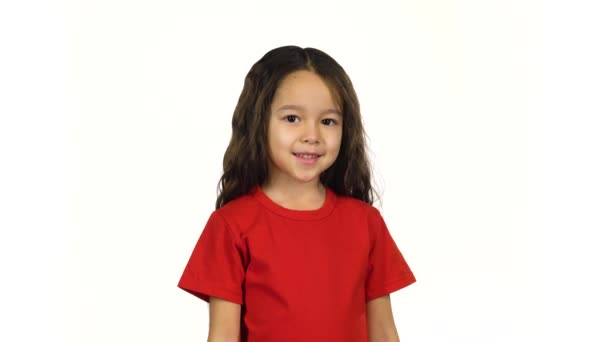 Portrét malé samice na bílém pozadí
