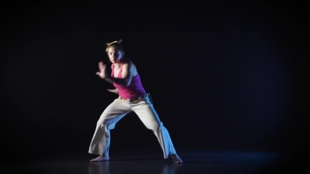 Nagy Maiden teljesítő hihetetlenül összetett harcművészet a capoeira. Lassított mozgás.