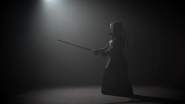 Kendo-Instruktor praktiziert Kampfkunst mit dem Katana Katana Shinai.