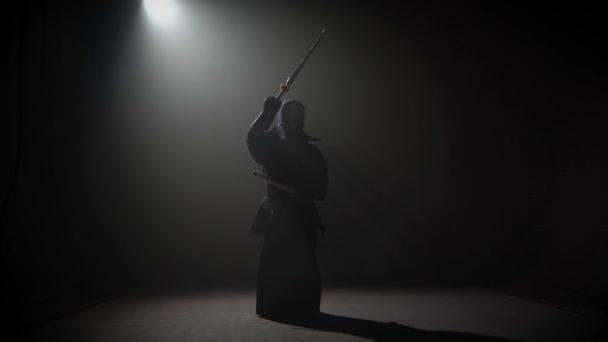 Kendo-Lehrer praktiziert Kampfkunst mit dem Katana-Schwert.