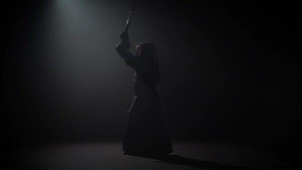 Kendo-Krieger praktiziert Kampfkunst mit Katana Shinai, Zeitlupe.