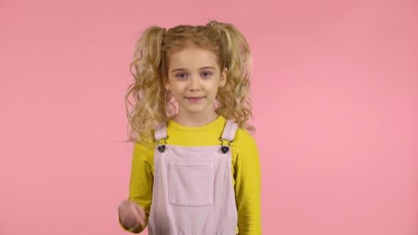 Aranyos kislány számít ujjakon öt-ig.