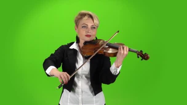 Zenész lány játszik a hegedű összetétele. Zöld képernyő