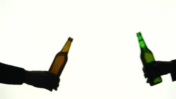 Dvě lahve v různých rukou cinkání. Silueta bílé pozadí