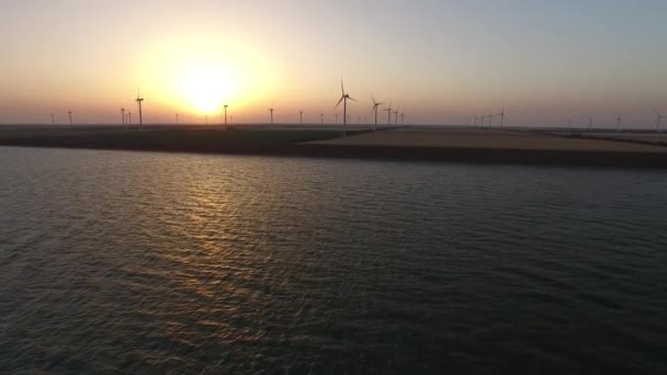 Szélturbinák alternatív bioenergia a háttérben egy arany naplemente. Légi felmérés